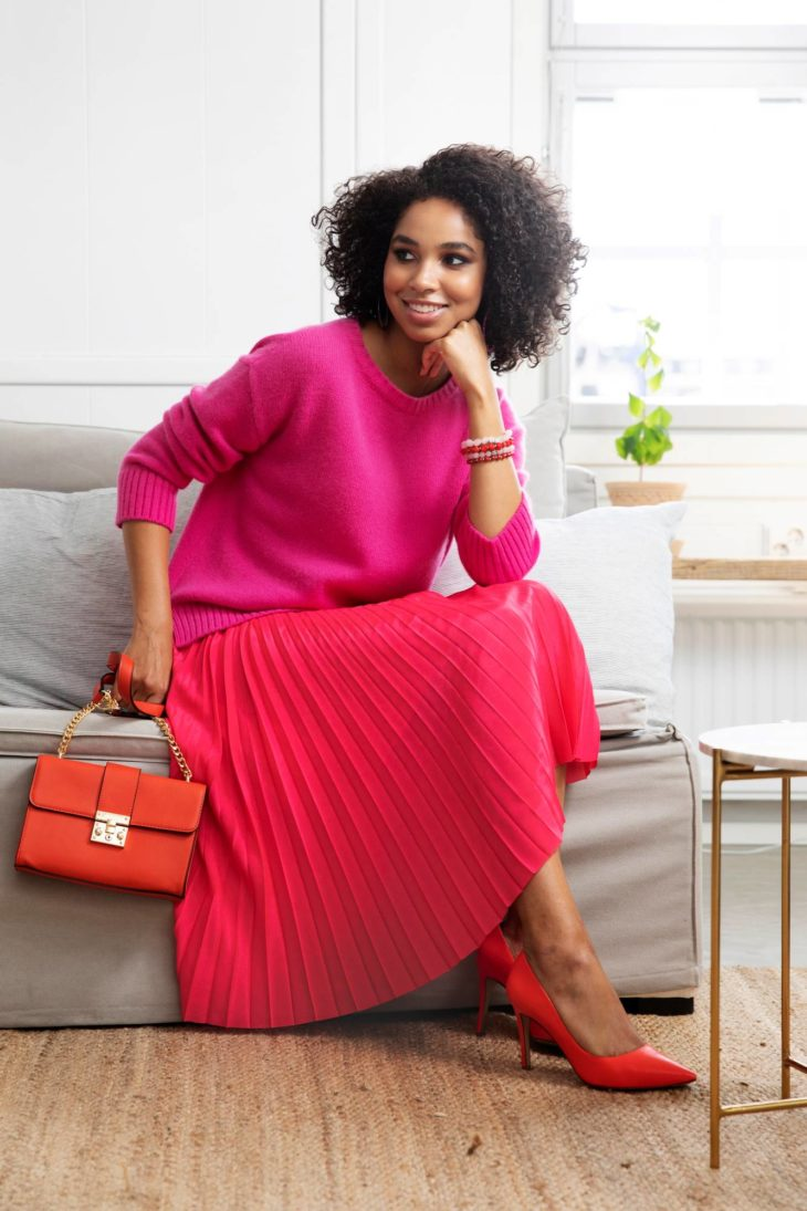 Pinkki sopii hyvin myös aikuisen naisen makuun. Viimeistele asu eleganteilla asusteilla.