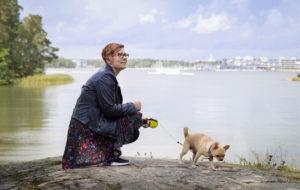 Anne Tarkiainen ja chihuahua Hanni