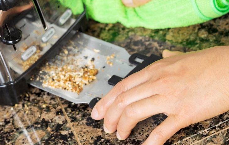 Leivänpaahtimen puhdisus: Osassa leivänpaahtimista on murutarjotin, joka helpottaa paahtimen puhtaanapitoa.