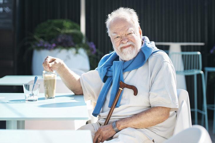 Kaj Chydenius juo kahvia Stockmannin kattoterassilla.