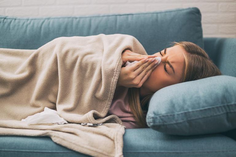 Nainen flunssassa.