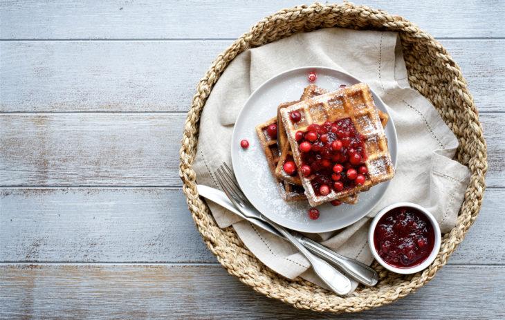 Hillo kovakuorisista marjoista on monikäyttöinen. Esimerkiksi karpalohillo maistuu vohvelien kanssa.