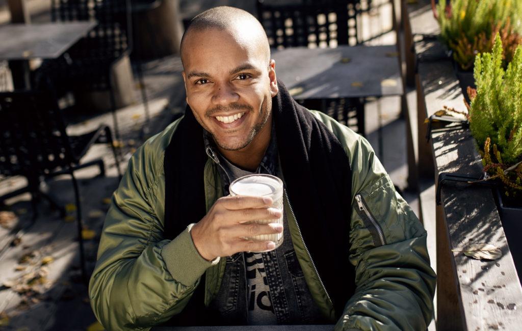 Näyttelijä Ernest Lawson juontaa Huuma-ohjelmaa MTV3-kanavalla.