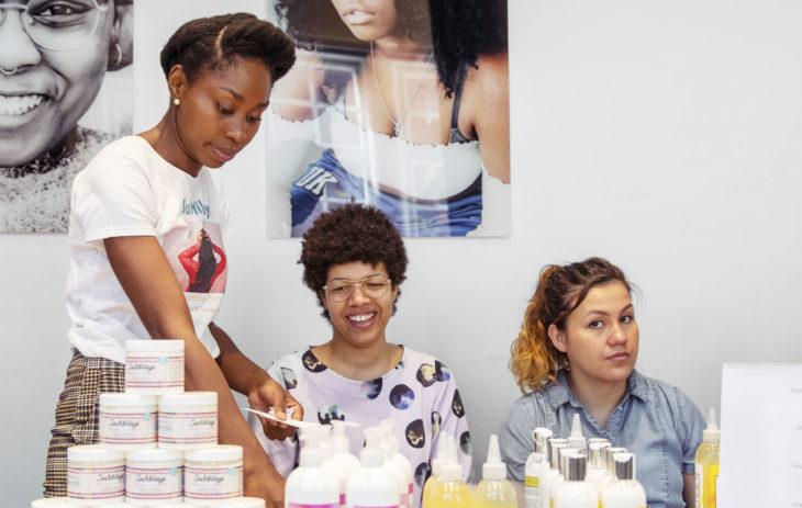 Afrohiuksille sopivia hiustuotteita on saanut Suomesta vasta muutaman vuoden ajan. Nyt valikoimaa jo riittää.