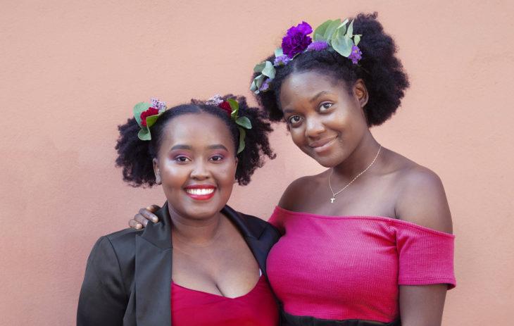 Vantaalaiset ystävykset Acquelline Kingori ja Manuela Shampemba ovat nykyään ylpeitä afroistaan.