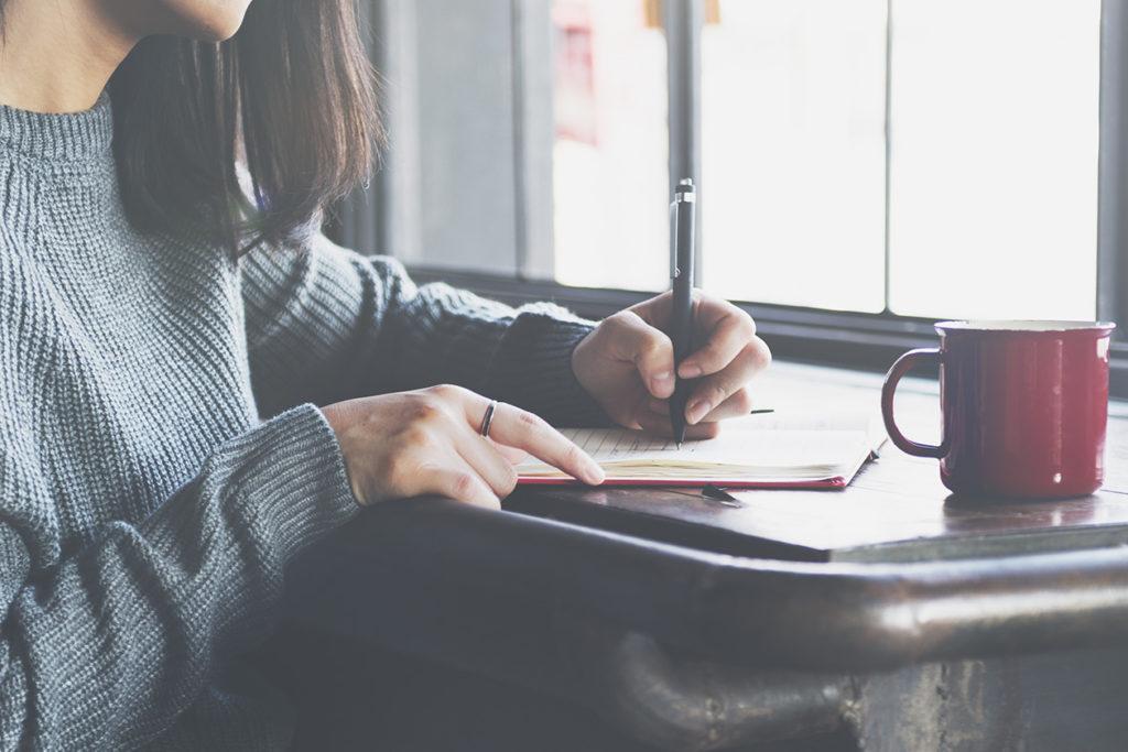Päiväkirjan kirjoittaminen tai lukeminen auttaa ymmärtämään itseään.