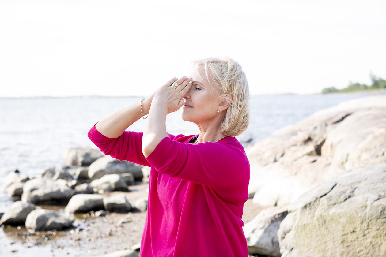 Vetreytä pään verenkiertoa ja rentouta niskahartianseudun kipu Marja Putkiston kasvojumpalla.