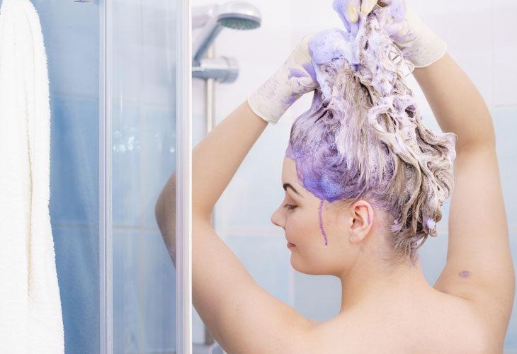 Kellertävä sävy vaaleassa tukassa taittuu violettia pigmenttiä sisältävällä shampoolla.