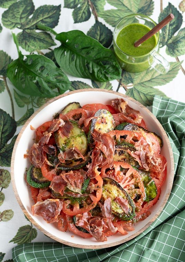 kesäkurpitsa-tomaattisalaatti