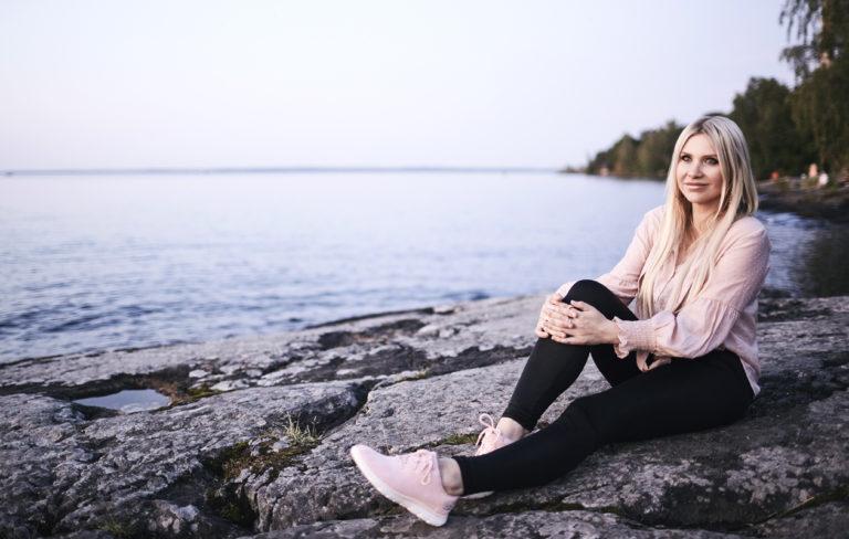 – Minulle valkeni sairausloman aikana, että elämäni tärkein suhde minulla on itseni kanssa. Jokainen voi olla itsensä paras ystävä tai pahin vihollinen, Johanna Kuvaja pohtii.