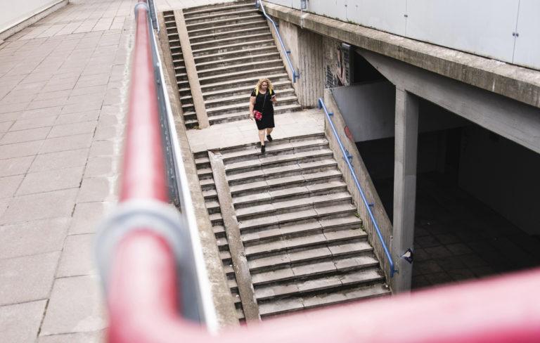 Ingress-mobiilipeliä pelaava Elisa Jalonen yrittää löytää Helsingin Pasilasta harmaan pisteen valloitettavaksi.
