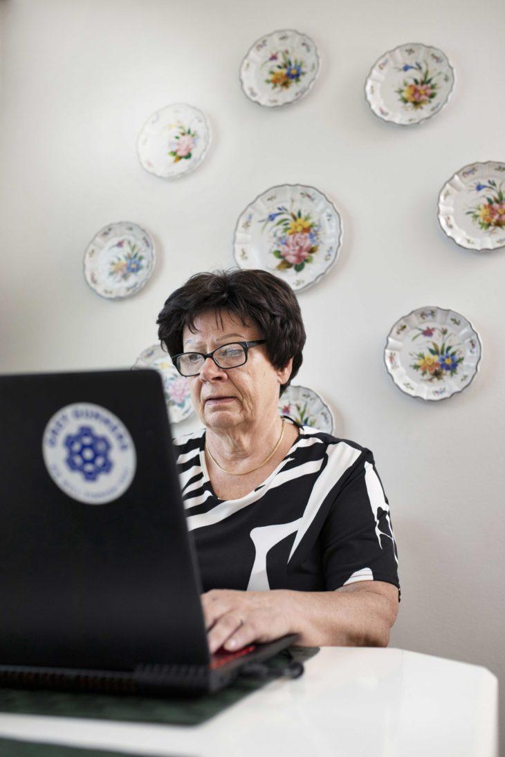 Ulla Ström suosittelee digipelaamista muillekin ikäisilleen. - Uuden oppiminen virkistää ja tekee hyvää aivoille, hän sanoo. Hän pelaa Counter-Strike-peliä kannettavalla tietokoneella kotikeittiössään.