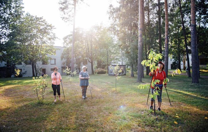 Pirkko (vas.), Virpi ja Arja ihastelevat Nuottapuistossa asukkaiden yhdessä istuttamaa puutarhaa.