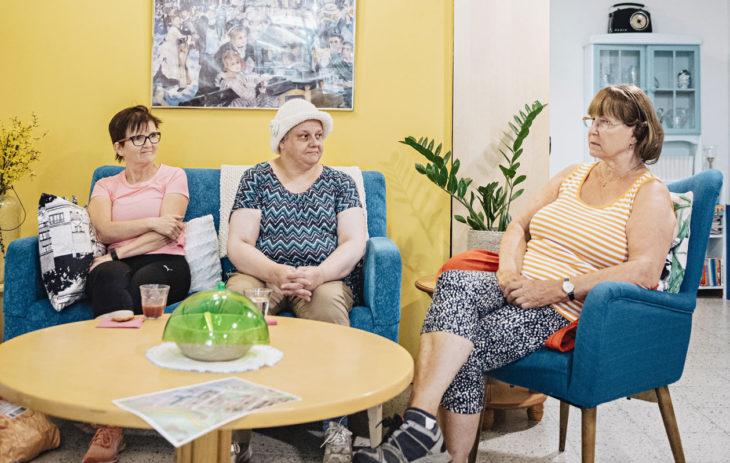 Neuvokkaat naiset tapaavat viikoittain Kortteliässässä, asukkaiden päiväkahvilassa.