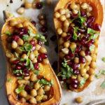 Jeeralla maustetut kikherneet paistuvat kurpitsan päällä rapeiksi. Täyteläinen maapähkinävoikastike ja kirpeän makeat granaattiomenansiemenet tuovat luonnetta hennon makuiselle kurpitsalle.