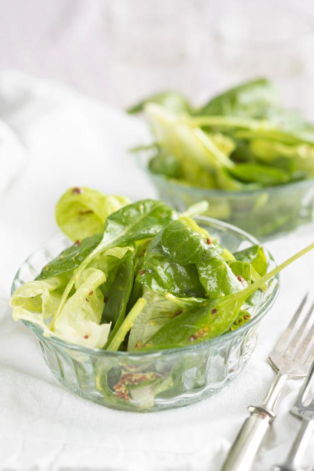 vihreä salaatti ja dijoninsinappivinegrette
