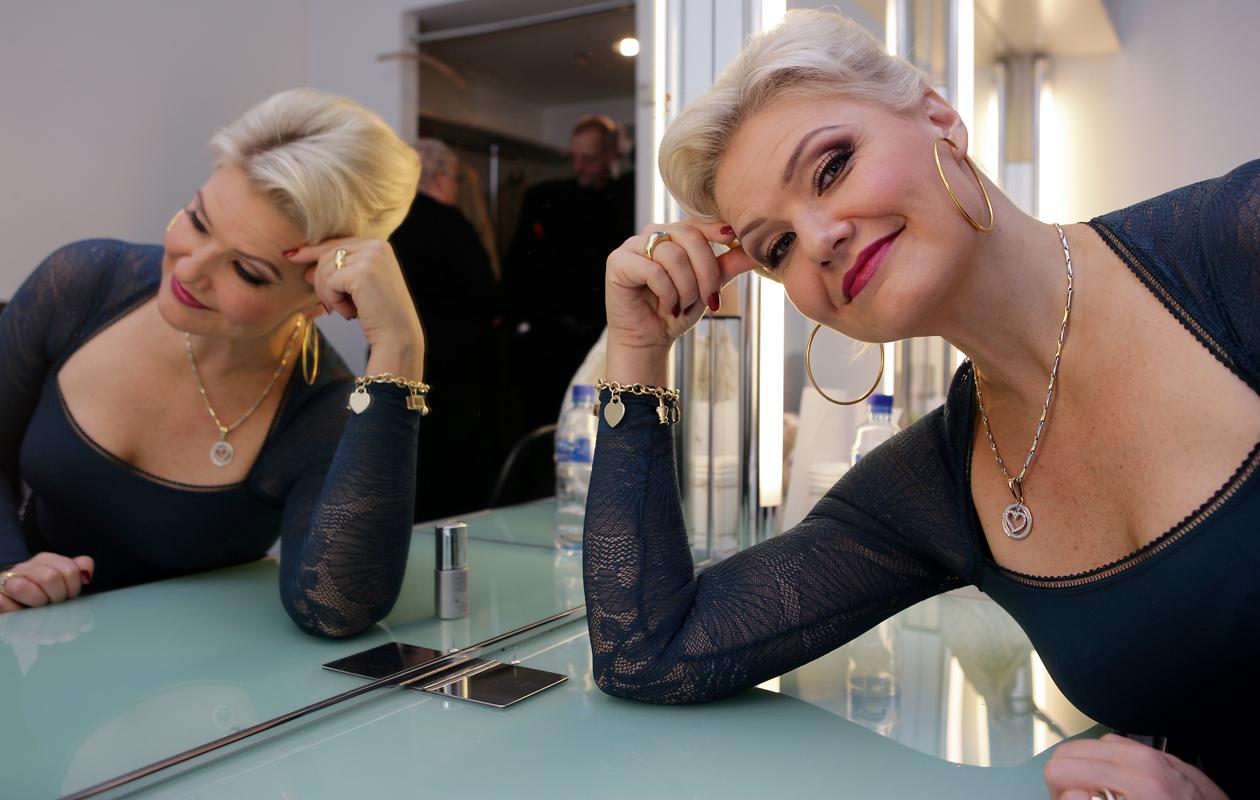 Karita Mattila kertoo Kotiliedessä, että katseita ja hymyjä lentelee nyt ohikulkijoille.
