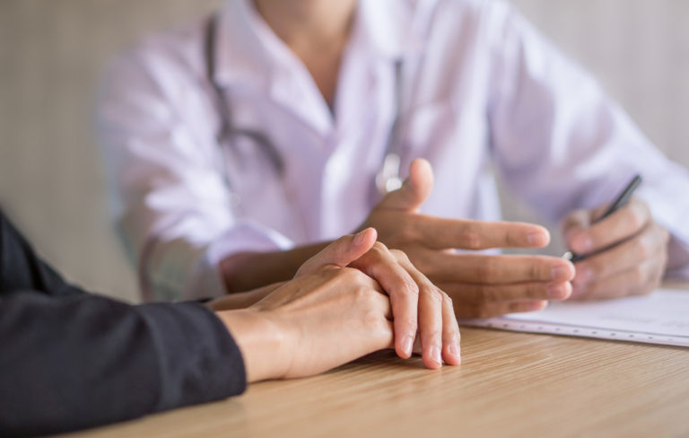 Jos yhdelläkin lähisukulaisella on munasarjasyöpä tai useammalla rintasyöpää, asiasta kannattaa keskustella oman gynekologin kanssa.