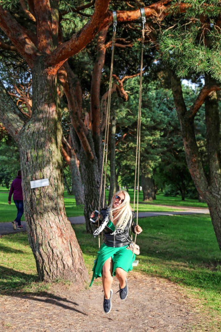 Pärnun rantapuiston keinussa palataan lapsuusvuosiin.