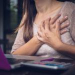 Sydänlihastulehduksen vakaviin oireisiin voi liittyä hengenahdistusta, rintakipua, pyörtymistä ja sydämensykkeen nousemista.