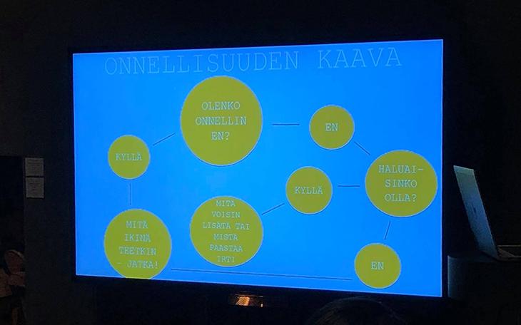 Karita Tykkä esitteli onnellisuuden kaavan Omni-Vegan tuotteiden lanseeraustilaisuudessa.