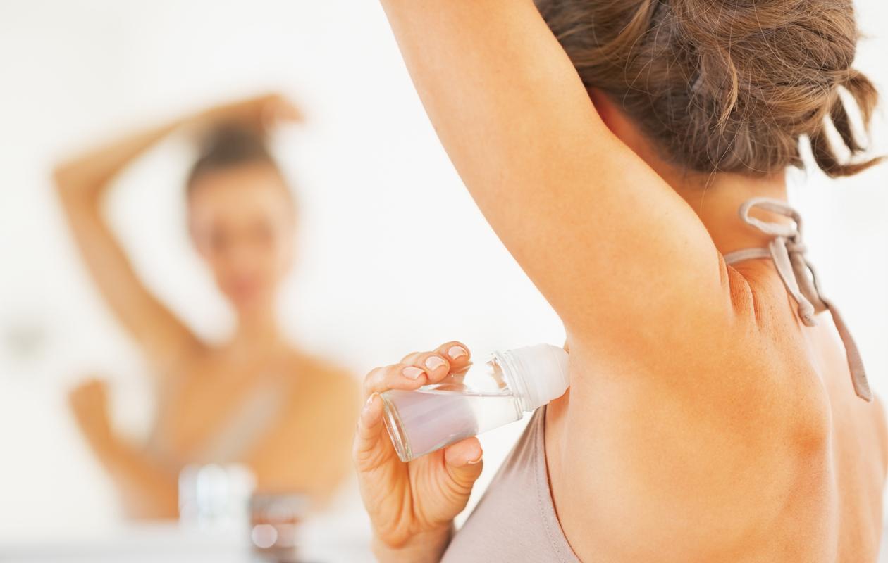 Saat deodoranttitahrat pois vaatteista noudattamalla tahranpoistovinkkejä.