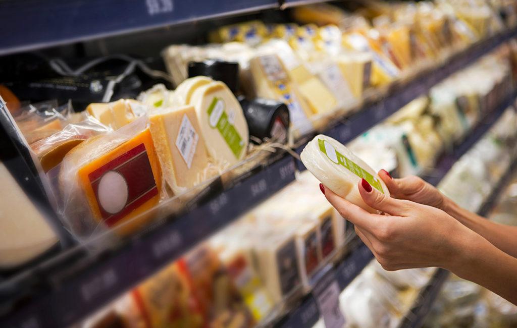 Kasvisruokavalioon siirtyvän kannattaa olla tarkkana muun muassa juustohyllyllä ja tutkia vegaanisten juustojen ravintoarvoja tarkkaan.