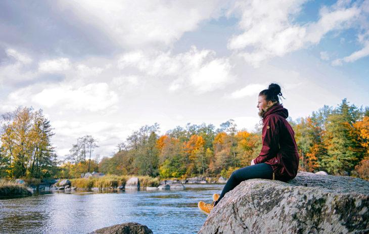 Mari Soikkonen istuu kalliolla. Hän menetti Veera-tyttärensä Ivalon perhesurmassa lokakuussa 2018.