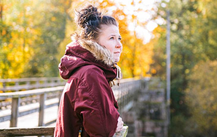 Mari Soikkonen muutti alkusyksyllä Kotkaan. Hänellä on siellä avopuoliso ja työpaikka. – Opettelen nyt ensimmäistä kertaa normaalia parisuhdetta. Onnellisuus tulee sellaisina pieninä tuikkeina, jotka suru vielä repii alas, 30-vuotias Mari kertoo.