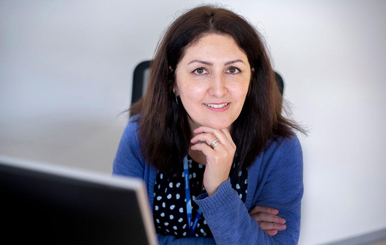 Bahar Mozaffari on nyt, kolmentoista Suomi-vuoden jälkeen, unelmiensa työpaikassa.