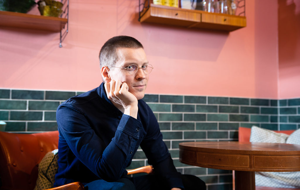 Antti Holma pitää kuunneltavan materiaalin tuottamisesta.