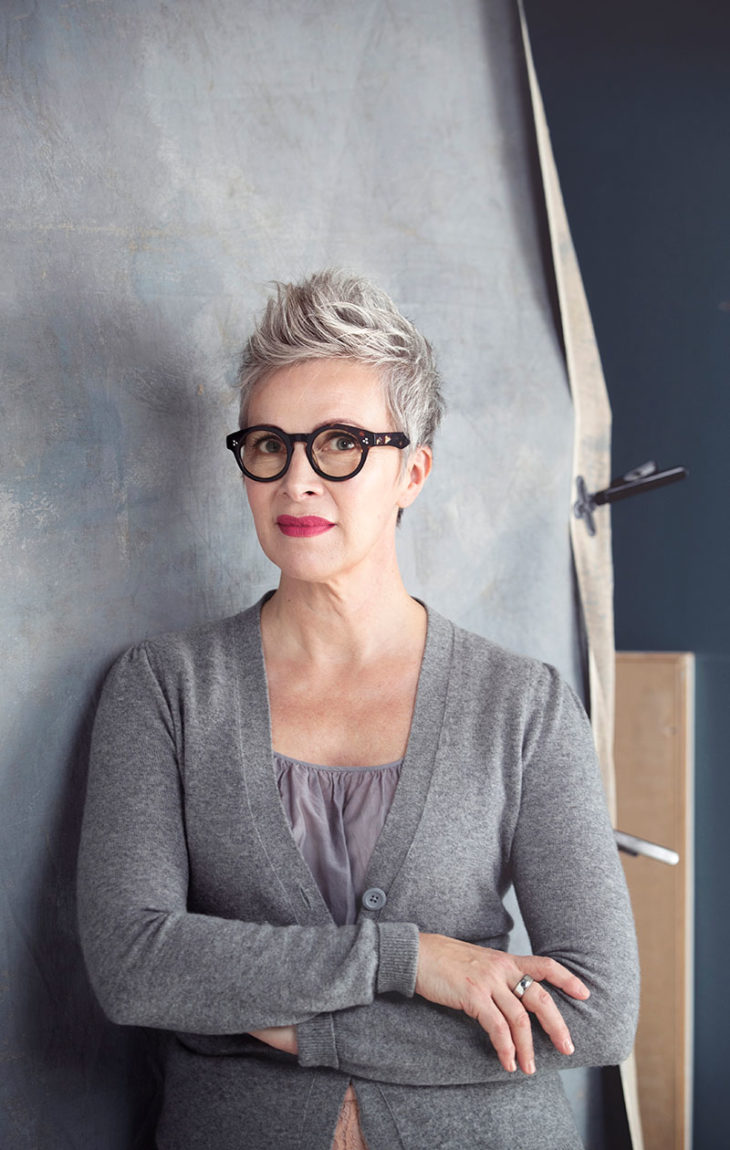 Näyttävät silmälasit korvaavat arjen kiireessä silmämeikin, Nora Soini toteaa.