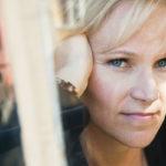 Kirjailija Johanna Venhon, 48, ensimmäinen historiallinen romaani, Sylvi Kekkosesta kertova Ensimmäinen nainen on kaunokirjallisuuden Finlandia-ehdokkaana.