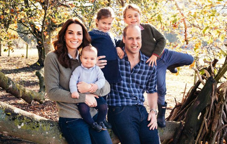 Catherinen ja Williamin viimevuotisessa joulukortissa poseerasivat myös Louis (vas.), Charlotte ja George.