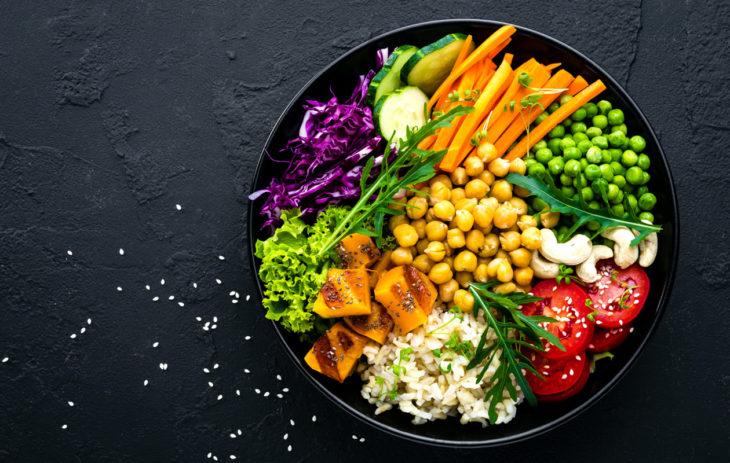 Jos siirtyy sekasyönnistä kasvissyöjäksi, muttuu suoliston bakteerikanta merkittävästi, kertoo ravitsemusterapeutti Anette Palssa. Muutos on Palssan mukaan hyvä.