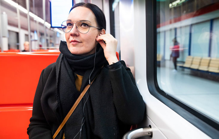 Projektisuunnittelija Tiina Kononen, 41, kulkee metrolla Helsingin Vuosaaresta Espoon Otaniemeen.Työmatkan pituus: 27 km.Matka-aika: 35 min