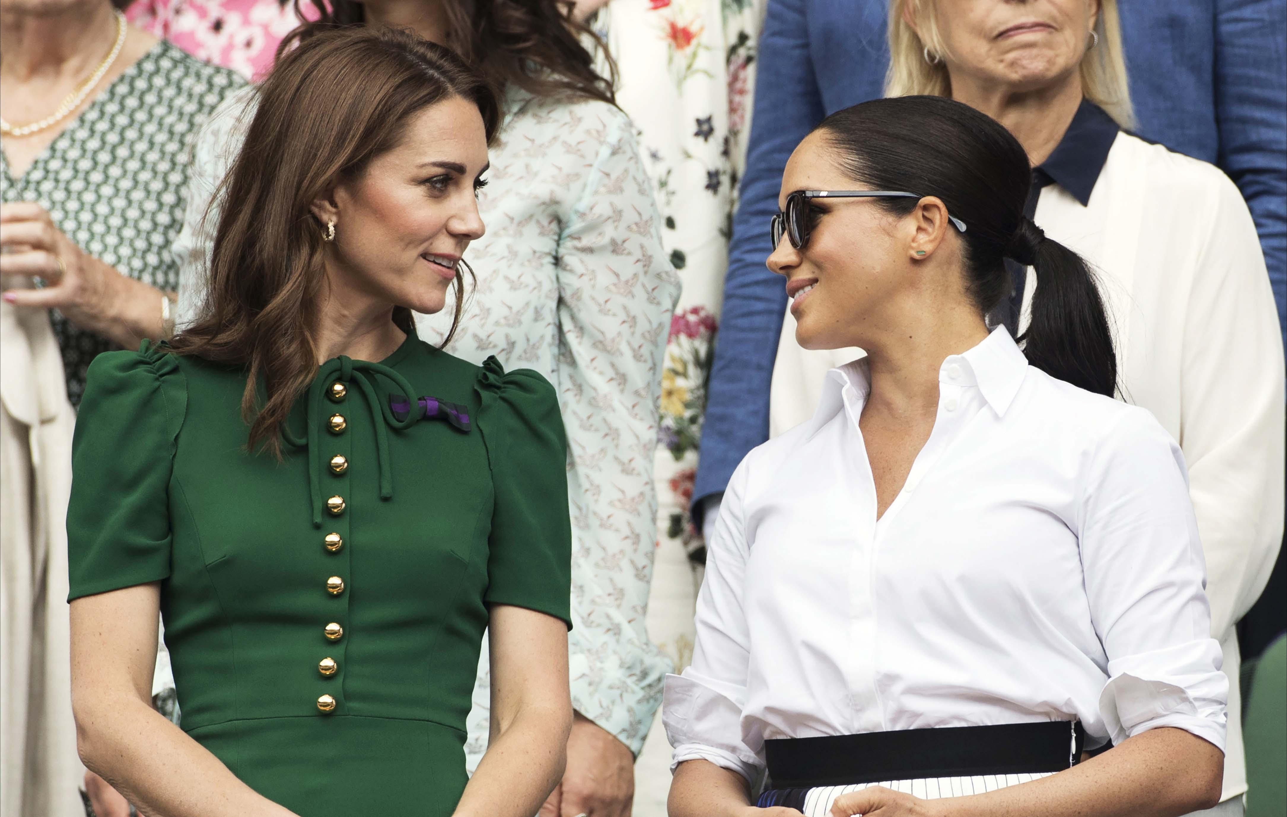 Cambridgen herttuatar Catherine (vas.) ja Sussexin herttuatar Meghan (oik.) katsoivat yhdessä Wimbledonin tennisturnauksen naisten finaalin heinäkuussa. Se oli harvinaista herkkua kuninkaallisfaneille, sillä naiset edustavat harvoin vain keskenään.