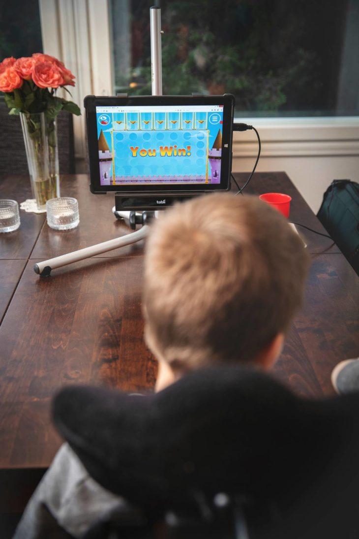 Tietokoneella pelaaminen on Henryn lempparipuuhaa.