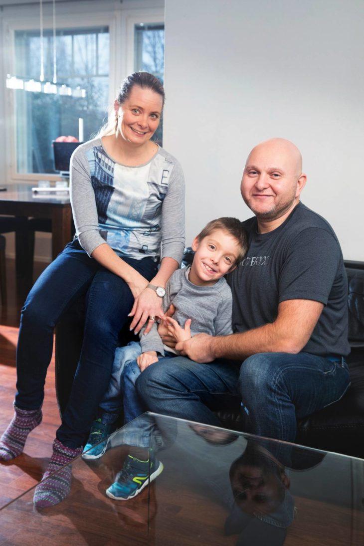 Vasbenin perhe: äiti Liisa, poika Henry ja isä Eddie.