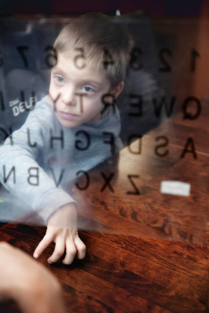 Katse on Henryn kommunikoinnissa tärkeässä osassa. Tässä Henry kohdistaa katseensa aakkostaulun kirjaimiin.