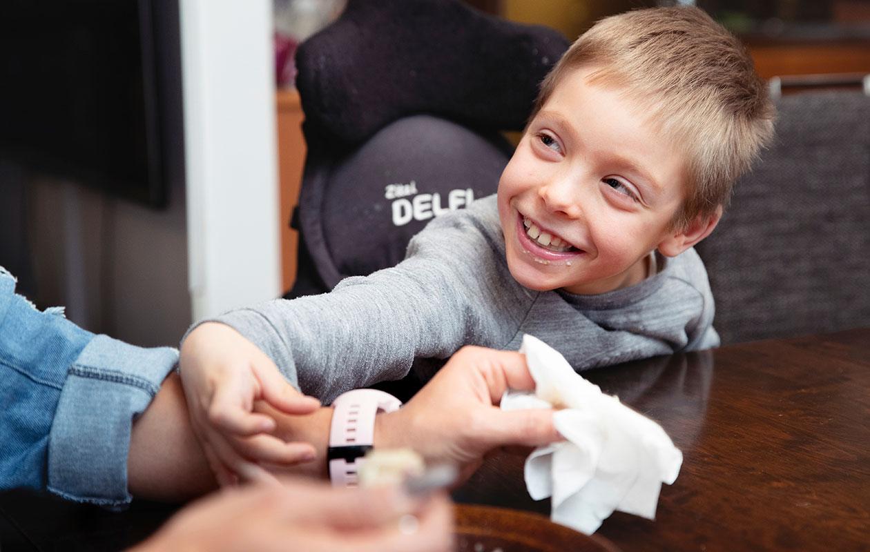 CP-vammainen Henry Vasben ottaa kontaktia ja puhuu paitsi silmillään myös ele- ja ruumiinkielellään. Perhelomittaja Kati Tillivirta on käynyt hoitamassa Henryä maaliskuusta lähtien.