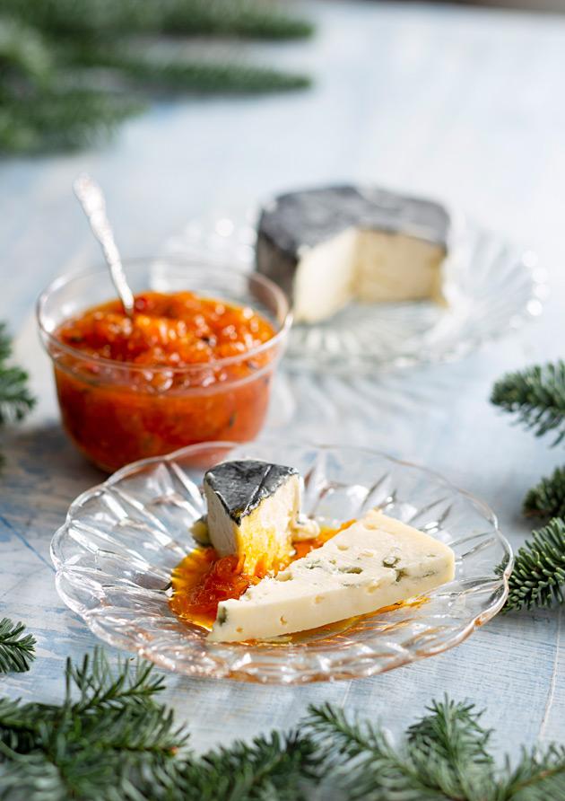 Tyrni-porkkanahillo ja juustoja