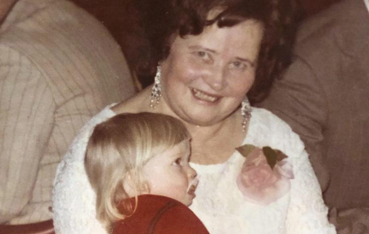Pippa Laukka mummonsa kanssa.