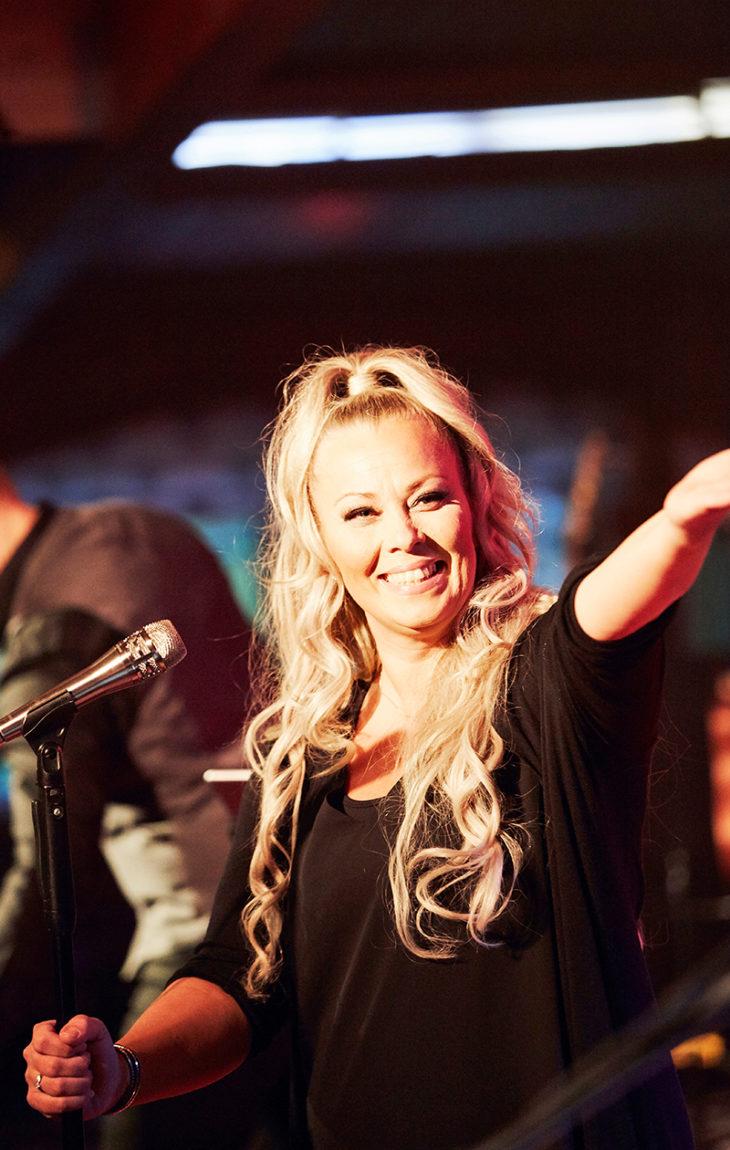 Johanna Pakonen tekee Omenapuu-bändinsä kanssa Tango merellä -laivashowta.