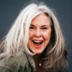 Naisilla harmaat syntyvät hiuksiin tasaisemmin kuin miehillä.