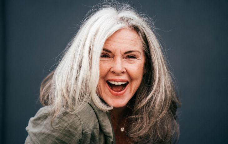 Hiusten harmaantuminen on merkki ikääntymisestä.