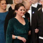 Sari Helinillä on Linnan juhlissa päällään smaragdinvihreä, leopardikuvioitu mekko.