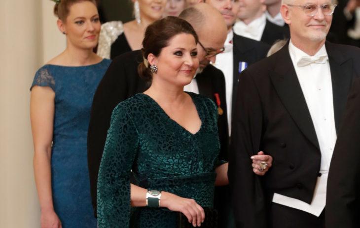 Huono äiti -blogiyhteisön vetäjä ja yrittäjäSari Helinpukeutui Linnan juhlissa ruotsalaisen By Malinan smaragdinvihreään, leopardikuvioiseen mekkoon.