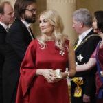 Kansanedustaja Maria Guzeninalla on Linnan juhlissa yllään rubiininpunainen silkkimekko pitkällä laahuksella.