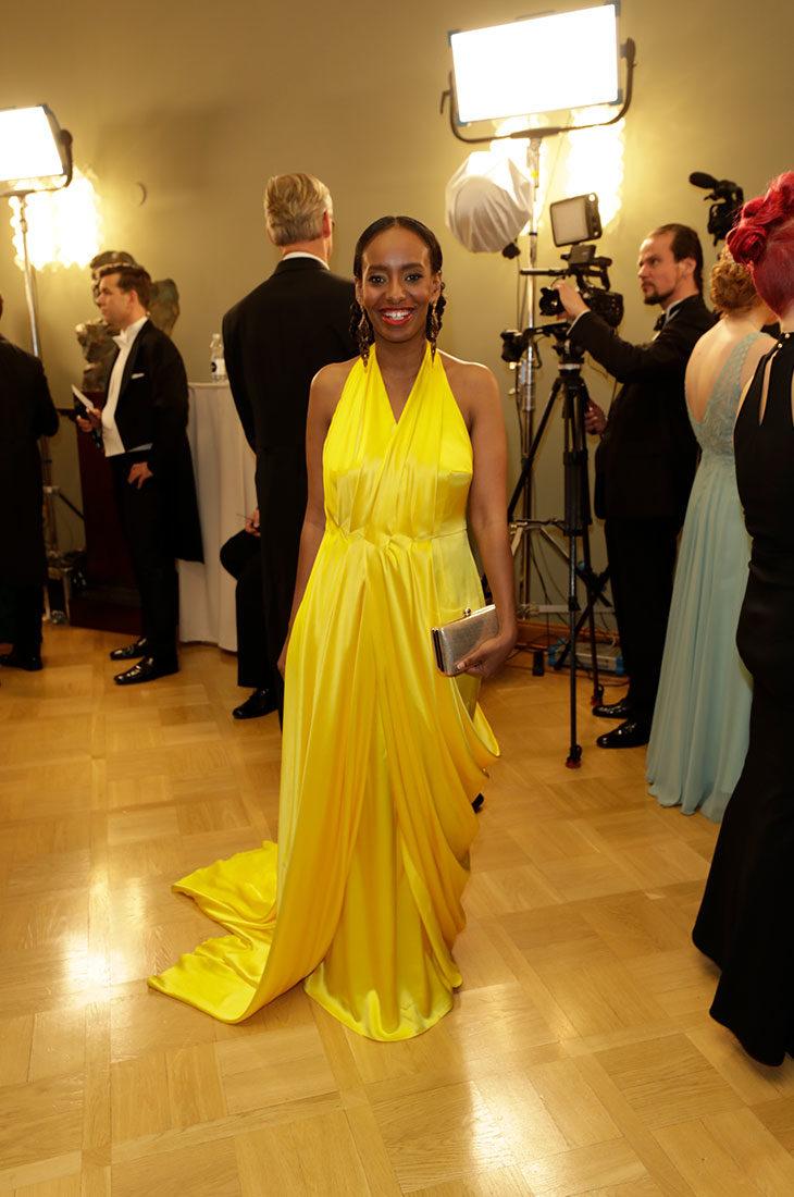 Lultainen ja elegantti mekko huokuu Belalle tärkeitä elementtejä: iloa, rauhaa ja ylpeyttä.